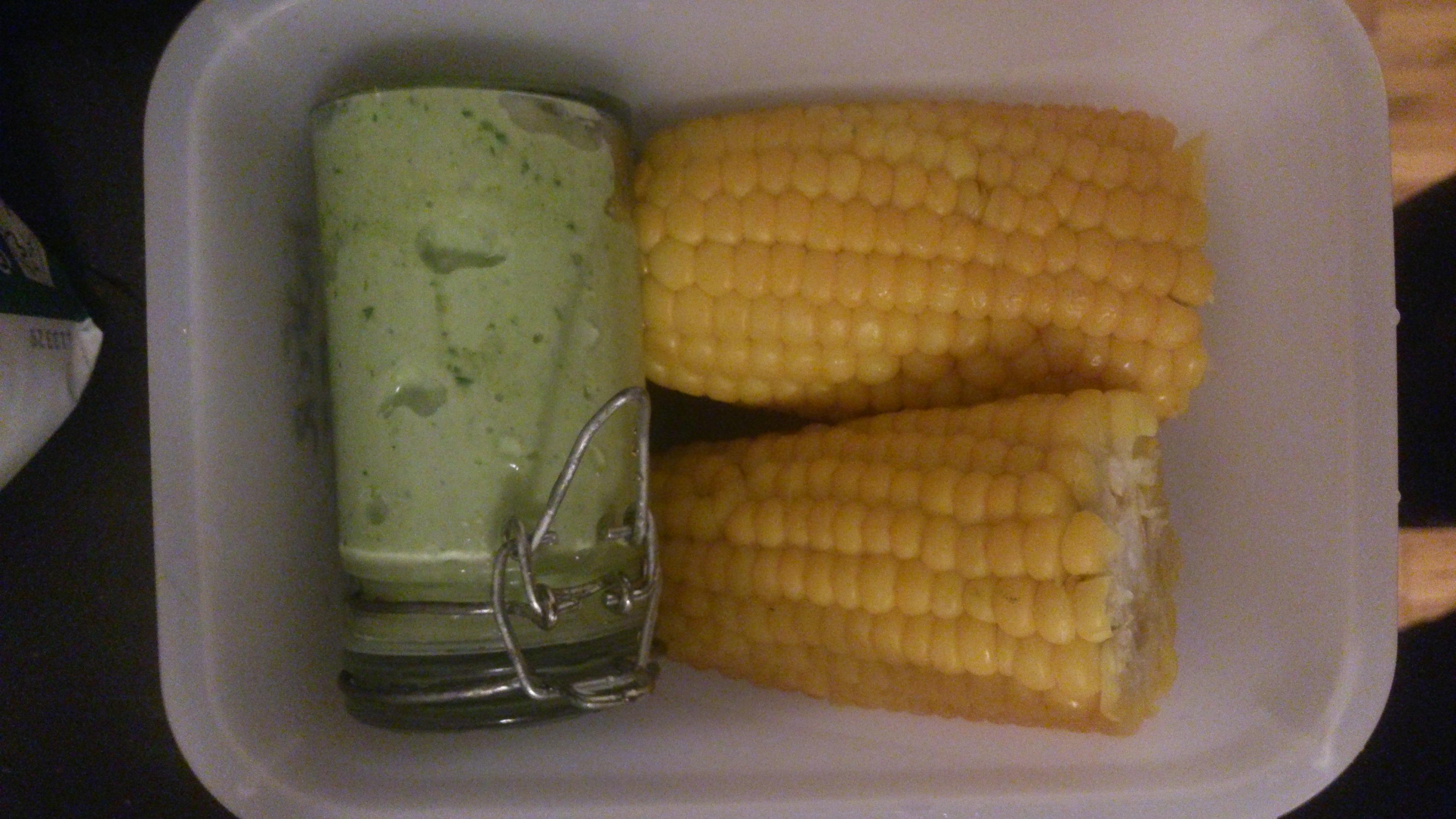 Maiskolben mit Grüner Sauce